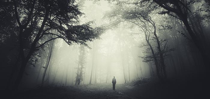Soñar que corres con dificultad a través de la niebla
