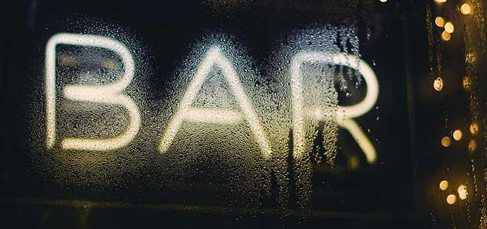 Soñar con estar borracho en un bar